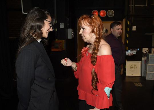 Zpěvačka se zapovídala s mladou kolegyní Evou Burešovou.