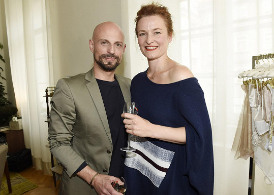 Nové kousky z dílny Geislerové pomáhal Krainové vybírat její dvorní stylista Filip Vaněk.