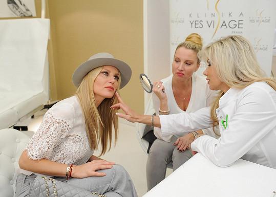 Yvonna si Simoně před časem posteskla, že její tvář by potřebovala trochu omladit a osvěžit, Simona neváhala a okamžitě jí doporučila konzultaci s lékařkou estetické medicíny Evou Urbánkovou.