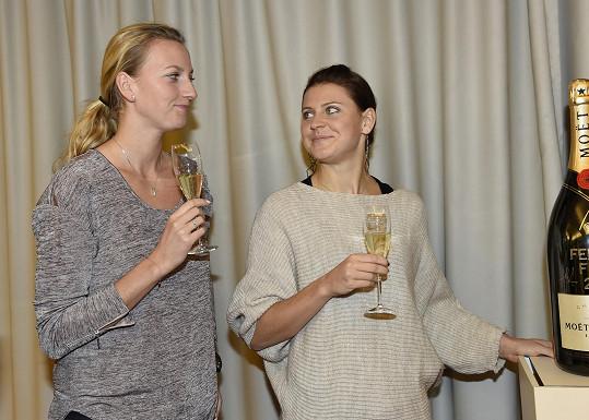 Šampaňským Kvitová a Šafářová většinou oslavují vítězství. Nejinak tomu bylo i letos.