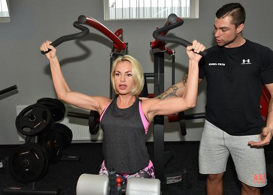 Martina už má pořádné bicepsy.