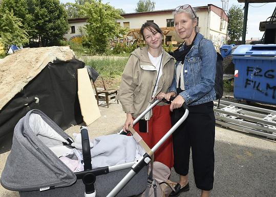 Vnučku často hlídá babička Irena Obermannová.