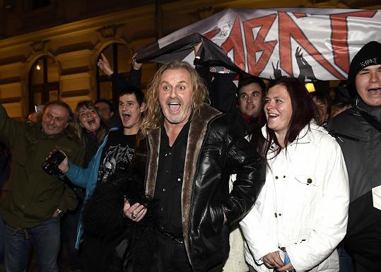 Na Pepu před divadlem čekal fanklub, který přijel z Teplic.