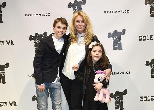 Také herečka Lucie Benešová se dvěma mladšími dětmi, synem Štěpánem a dcerou Larou