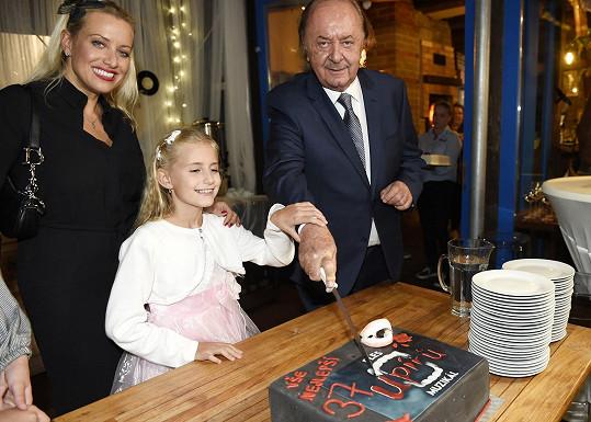 Emilka (na snímku i s maminkou Terezou Mátlovou) pomáhala tátovi krájet dort.