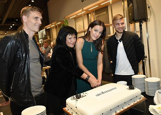Radka ještě s organizátorkou Annou Motlíkovou a s fotbalisty Martinem Frýdkem a Bořkem Dočkalem (vlevo) krájela dort.