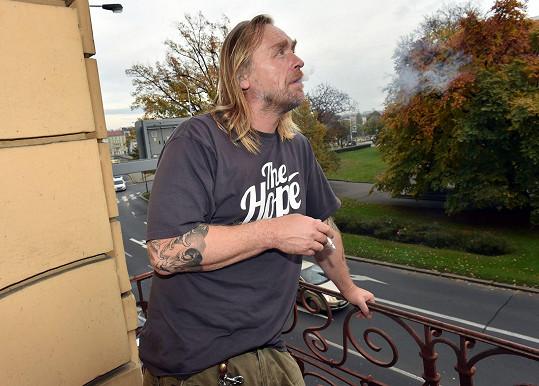 Tomáš Hájíček vypadá úplně jinak než na koncertech kapely Krucipüsk.