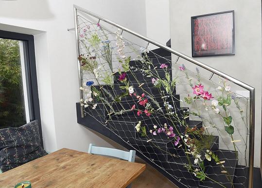 Dům zdobí hodně květin.