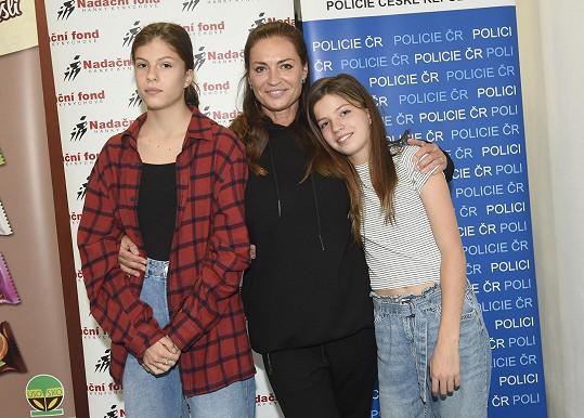 Hanka Kynychová s dcerami Alexandrou a Sofií