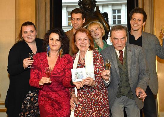 Pohádkové postavy ztvárnili mladí herci z Národního divadla, jejich starší kolegové Iva Janžurová a František Němec šli za kmotry.