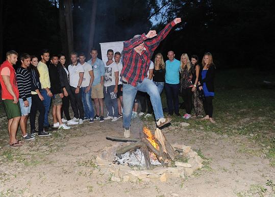 Pustil se do přeskakování ohně.