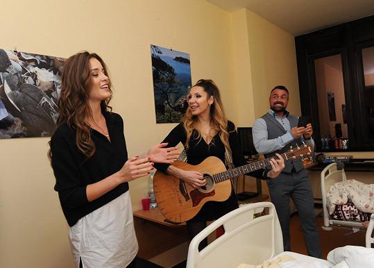 Obě dámy na místě společně zazpívaly, a dětem tak udělaly velkou radost.