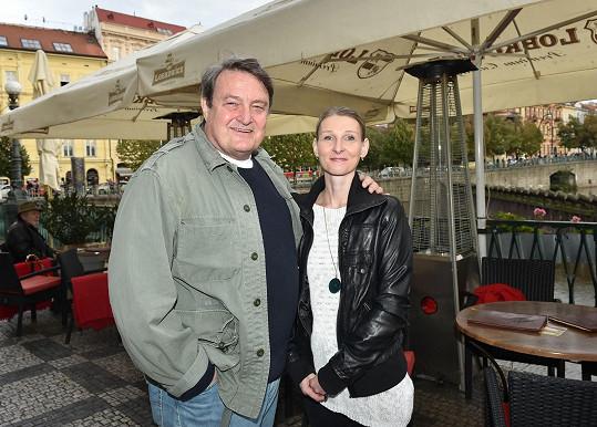 Ladislav Štaidl přišel s partnerkou Míšou.