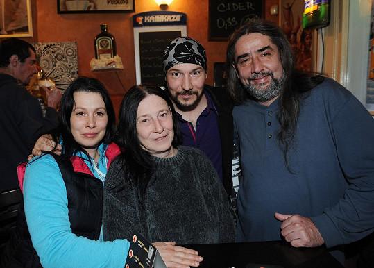 Bohuš se sestrou Martinou, maminkou Blankou a jejím přítelem Petrem.