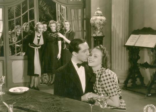 Jiřina Sedláčková si poprvé zahrála ve filmu Ducháček to zařídí (1938). V pozadí mezi dívkami Adina Mandlová.