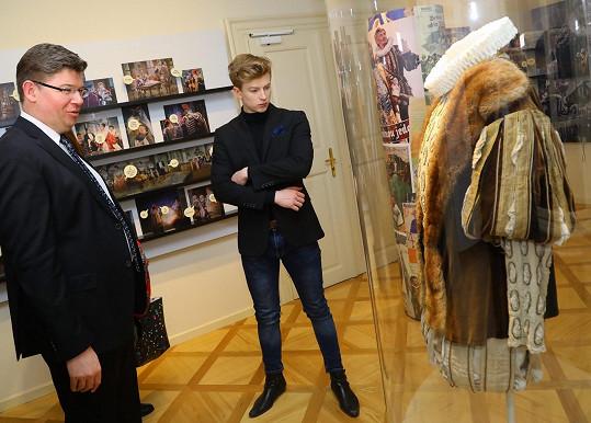 Adam se o vystavené předměty spojené s Janem Werichem zajímal.