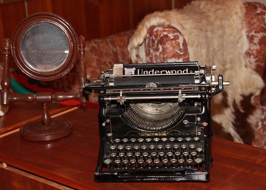 Ozdobou obýváku je i historický psací stroj...
