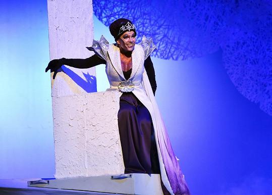 Míša Nosková sundala kvůli Sněhové královně speciální podprsenku po plastice prsou.