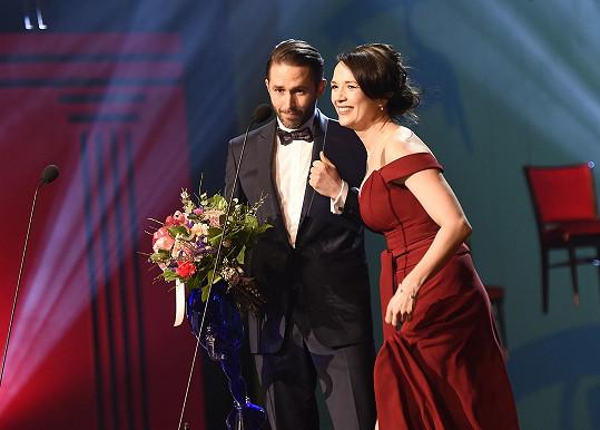 Tereza předávala cenu pro nejlepšího činoherního herce Danielu Bambasovi.