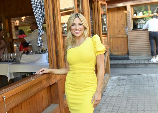 V zářivě žlutých šatech jí to seklo.