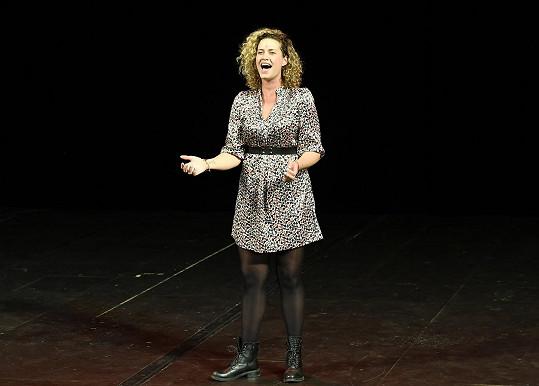 Zpívala píseň Nessarose, sestry jedné z hlavních hrdinek.