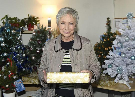 Od té doby, co se jí narodil vnuk, se na Vánoce těší. Letos ho pod stromečkem od babičky čeká velké překvapení.