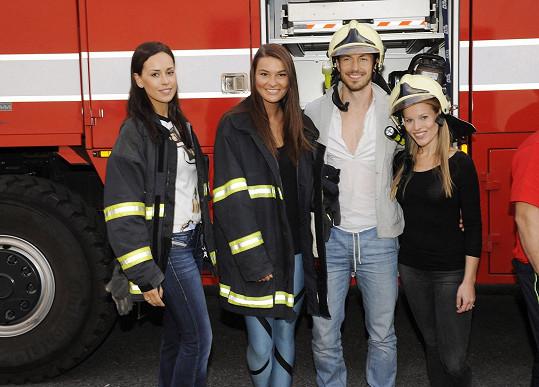 Nikol s modelkou Kateřinou Votavovou, Mužem roku Martinem Gardavským a zpěvačkou Michaelou Gemrotovou na soustředění Miss hasička