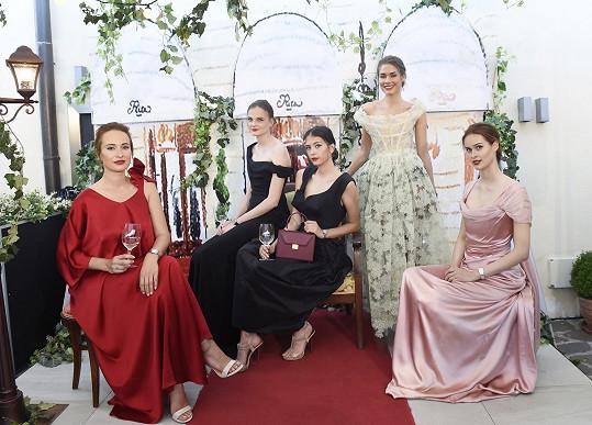 S kráskami v luxusních róbách v kulisách hotelu Ritz se mohli návštěníci vyfotit.