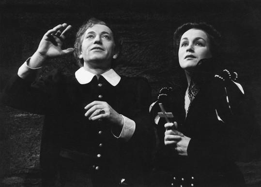 Adina Mandlová v titulní roli hry Marie Stuartovna (1944). S Vladimírem Šmeralem ji v té době pojil milenecký vztah.