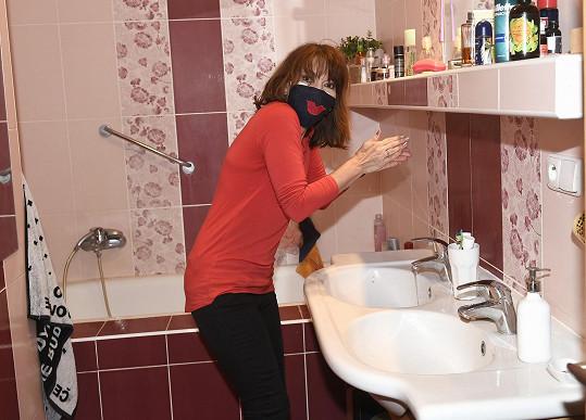 První cesta vedla do koupelny, kde si bylo potřeba pečlivě umýt a vydesinfikovat ruce.