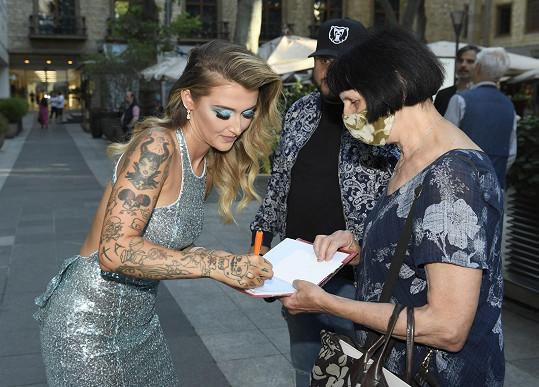 Na premiéře také ochotně rozdávala podpisy.