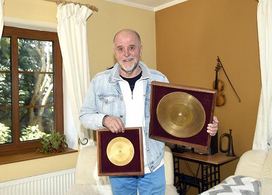 Se zlatými deskami ze zlaté éry kapely Plavci