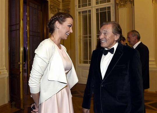 Agáta Prachařová v družném hovoru s Karlem Gottem