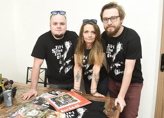 S kamarády, s nimiž vytvořila trička v rámci pocty Jiřímu Schelingerovi.