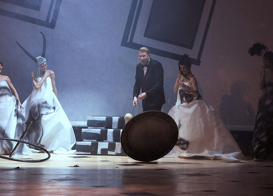Do slavnostního zahájení se Mika pustil tak vehementně, až utrhnul gong.