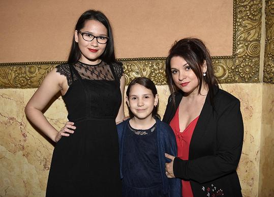 Magda Malá s oběma dcerami. Ještě před dvěma lety byla Terezka prcek.