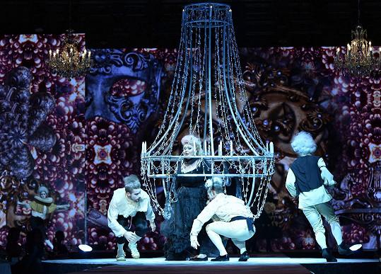 Tanečníci Dannie připevňují na konstrukci.