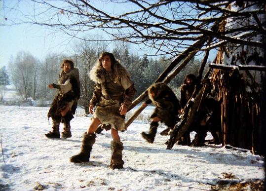 Vzhledem k zimě a kostýmům, v nichž se natáčelo, byli herci prokřehlí.