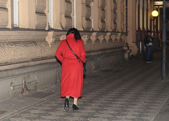 Sama spěchala z divadla pryč.