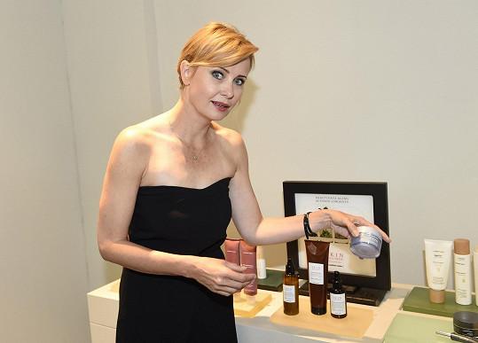 Jitka si poveze spoustu kosmetických produktů.