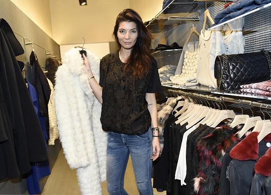 Monika Koblížková se na otevření nového obchodu pro objektivy neusmála ani jednou.
