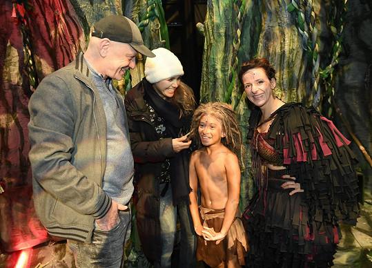 Sešla se i s režisérem představení Liborem Vaculíkem a Viktorovou maminkou Ditou Hořínkovou, která hrála opičí mámu Kalu.