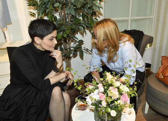 Vlaďka Erbová na akci v družném rozhovoru s Vendulou Pizingerovou