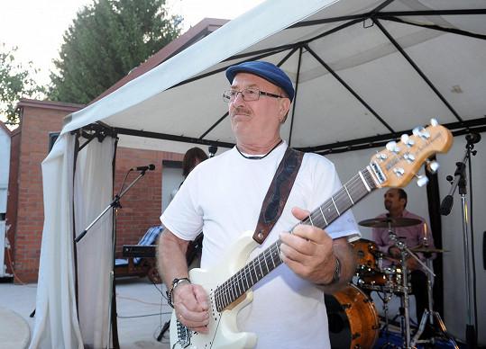 Organizátor Petr Janda během večera se svou kapelou pochopitelně vystoupil.