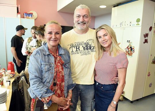 Dan s Vendulou Pizingerovou a Leonou Machálkovou v nemocnici.
