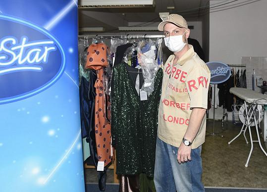 S Filipem Vaňkem jsem si povídali v zákulisí hudební show SuperStar. Zde stylista obléká porotce a moderátorky.