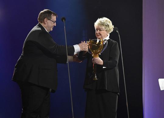 Předal jí ji předseda herecké asociace Jiří Hromada.