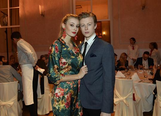 Adam Mišík má slabost pro dlouhonohé krásky. Ještě nedávno si k sobě tisknul vnadnou modelku Dianu Kratochvílovou.