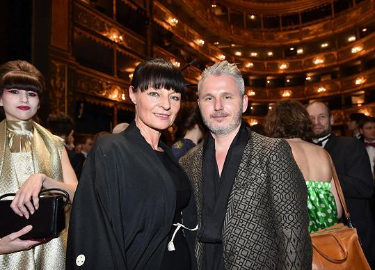 Liběna Rochová, která pro tento večer oblékla rekordní množství dam, v závěru večera s ředitelem pražského módního víkendu Lukášem Loskotem.