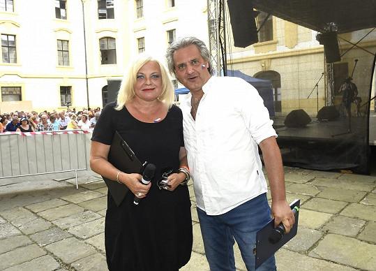 Na tři roky starém snímku, kdy s exmanželem Slávkem Bourou uváděli charitativní koncert. Stále spolu dobře vycházejí.